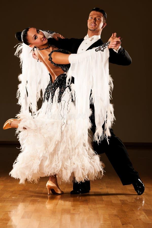 Os pares profissionais da dança de salão de baile pré-formam uma dança da exposição fotos de stock