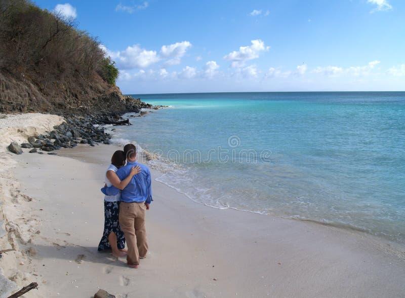 Os pares que estão em Frys encalham em Antígua Barbuda fotos de stock royalty free