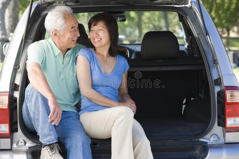 Os pares que sentam-se dentro suportam do sorriso da camionete foto de stock royalty free