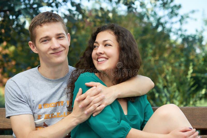 Os pares românticos que levantam na cidade estacionam, temporada de verão, amantes menino e menina fotografia de stock royalty free