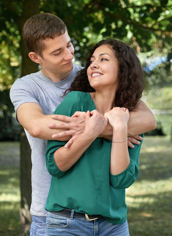 Os pares românticos que levantam na cidade estacionam, temporada de verão, amantes menino e menina imagens de stock