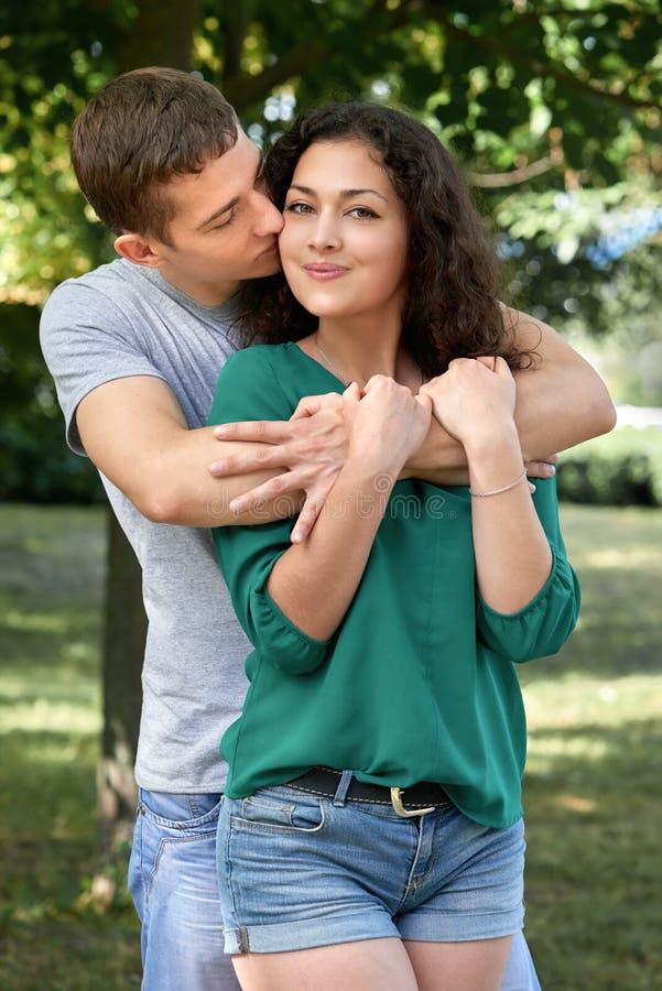 Os pares românticos que levantam na cidade estacionam, temporada de verão, amantes menino e menina foto de stock royalty free