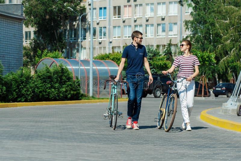 Os pares românticos vão dar um ciclo outdoors01 fotos de stock