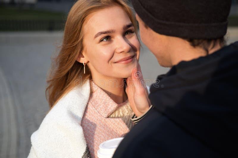 Os pares sensuais no amor apreciam-se, o homem novo afetuoso e a mulher apreciando excitando o momento do primeiro beijo fotografia de stock