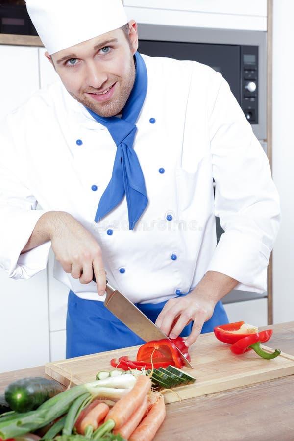 Os pares 'sexy' bonitos do homem da mulher como um cozinheiro estão cozinhando em uma cozinha fotos de stock