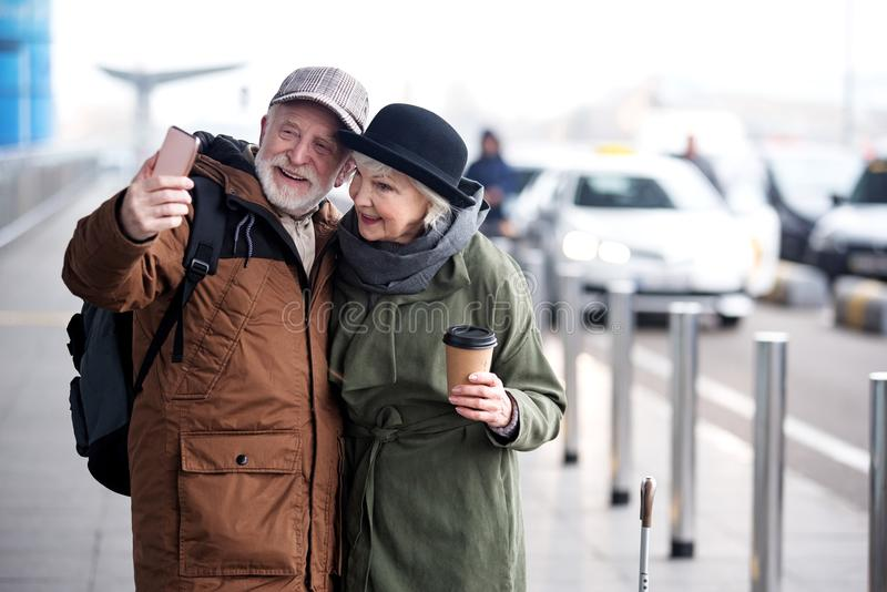 Os pares superiores agradáveis estão fazendo a imagem usando o telefone fotografia de stock