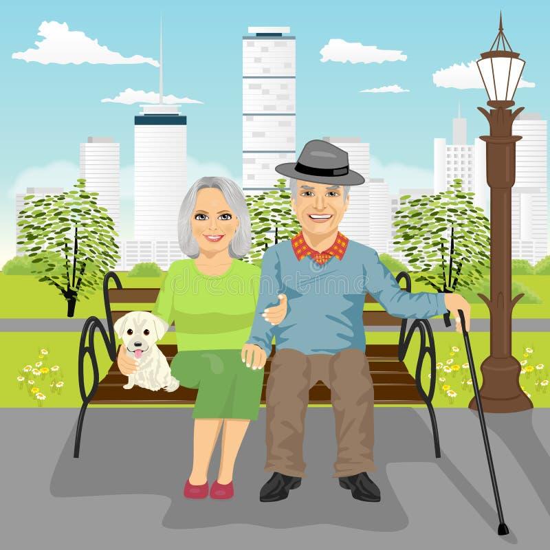 Os pares superiores que sentam-se no banco de madeira com o cão que descansa na cidade estacionam ilustração royalty free