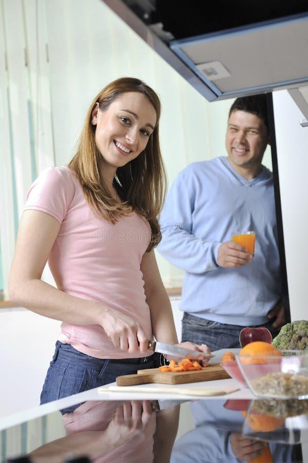 Os pares têm o divertimento na cozinha fotos de stock