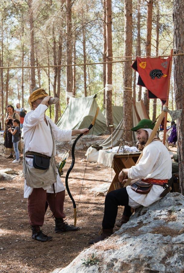 Os participantes da reconstrução do ` de Viking Village do ` têm um resto no acampamento na floresta perto de Ben Shemen em Israe imagens de stock royalty free