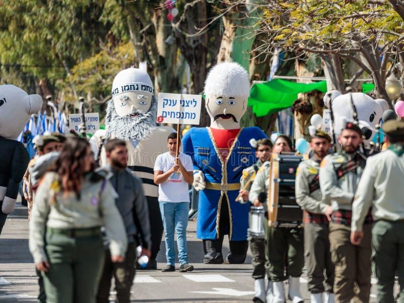 Os participantes do carnaval anual de Adloyada vestiram-se em grandes bonecas infláveis em Nahariyya, Israel foto de stock royalty free