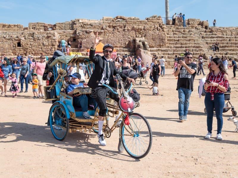Os participantes do festival de Purim vestiram-se nos trajes fabulosos, desempenho da mostra em Caesarea, Israel fotos de stock