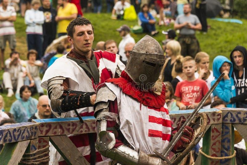 Os participantes do festival na armadura do cavaleiro preparam-se às lutas fotos de stock