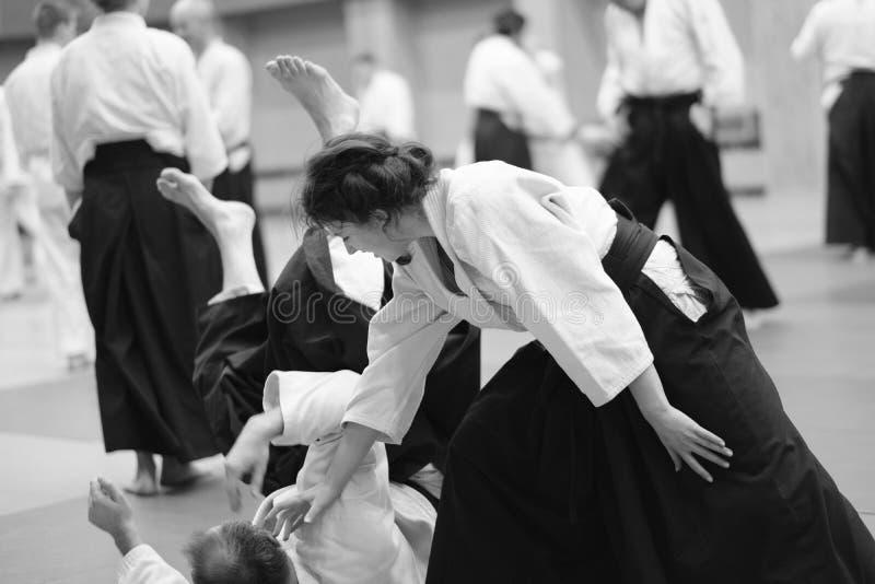 Os participantes do treinamento na roupa especial do hakama do aikido foto de stock