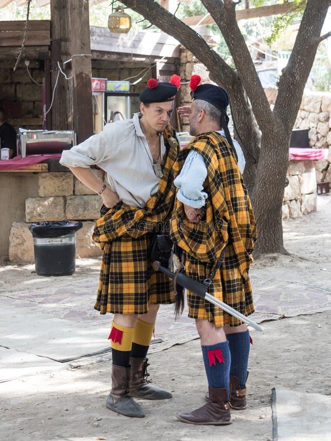 Os participantes nos cavaleiros do ` do festival do ` do Jerusalém sob a forma dos protetores escoceses falam entre si no Jerusal fotografia de stock royalty free