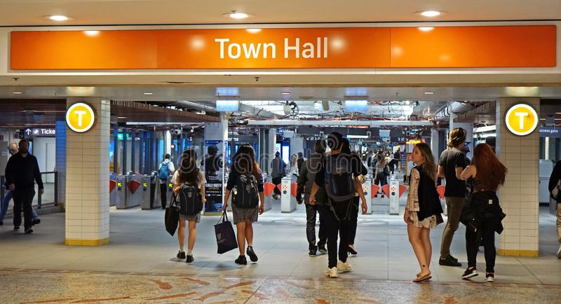 Os passageiros apressam-se na entrada subterrânea do estação de caminhos-de-ferro da câmara municipal da rainha Victoria Building imagem de stock
