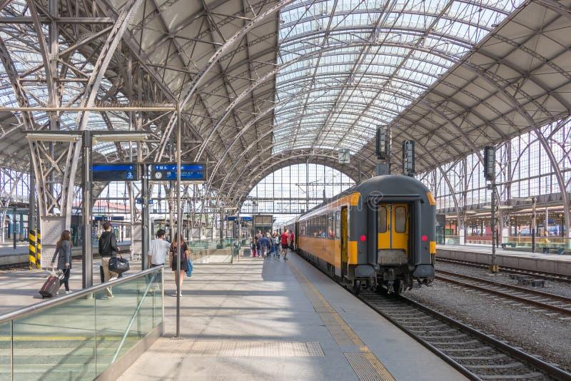 Os passageiros embarcam um trem imagem de stock