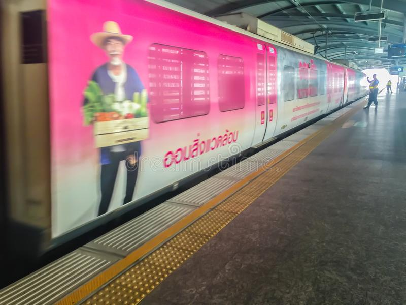 Os passageiros estão esperando a chegada do trem de céu da relação de trilho do aeroporto Os povos esperam em uma linha em ordem  foto de stock