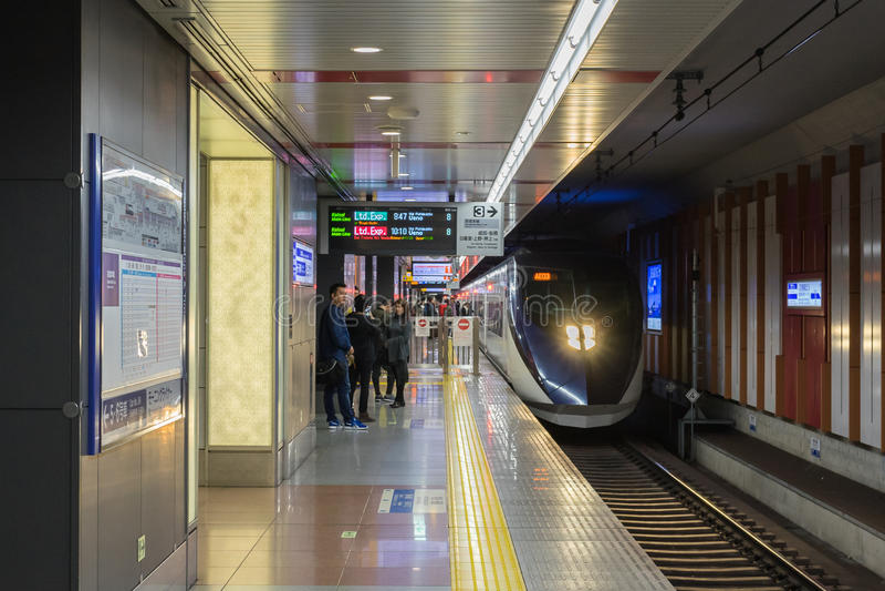Os passageiros que esperam Keisei Skyliner treinam no aeroporto internacional de Narita fotos de stock royalty free