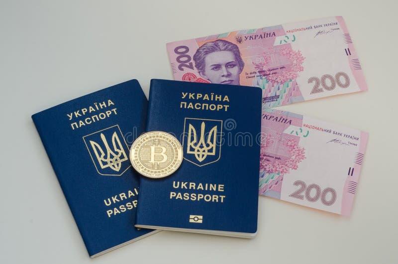 Os passaportes do ucraniano e o dinheiro e o bitcoin estrangeiros inventam Conceito de Ucrânia e de cryptocurrency No branco fotos de stock
