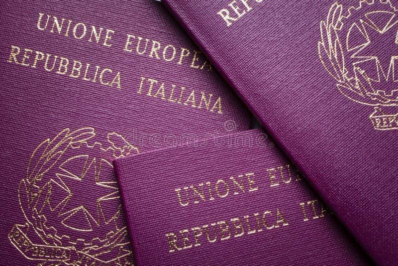Os passaportes italianos fecham-se acima imagens de stock royalty free