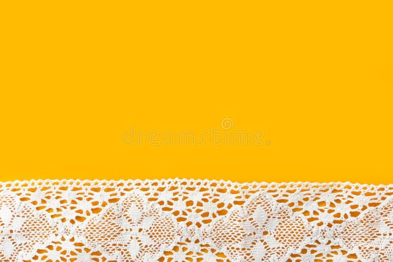 Os passatempos costurando elegantes bonitos dos ofícios formam o fundo da roupa com beira branca do laço do algodão no contexto a fotos de stock