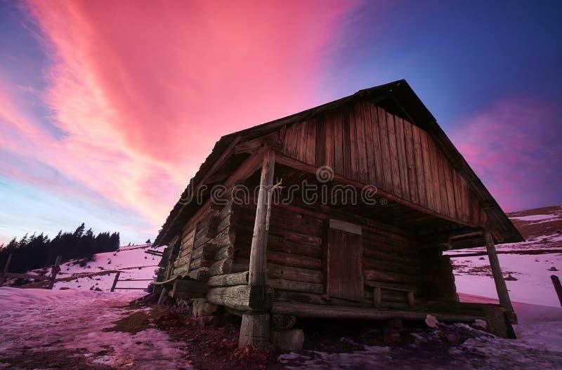 Os pastores abrigam nas montanhas Carpathian no inverno foto de stock