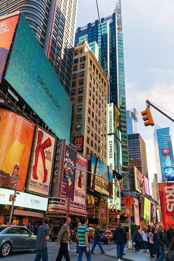 Os pedestres esquadram às vezes na 7os avenida e Broadway fotografia de stock