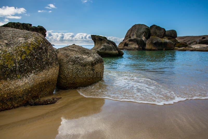 Os pedregulhos encalham com água clara bonita e a areia macia foto de stock royalty free