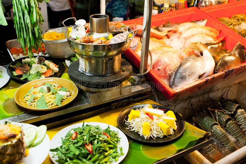 Os peixes em um alimento da rua param no fim de semana o mercado, Phuket, Tailândia imagens de stock royalty free