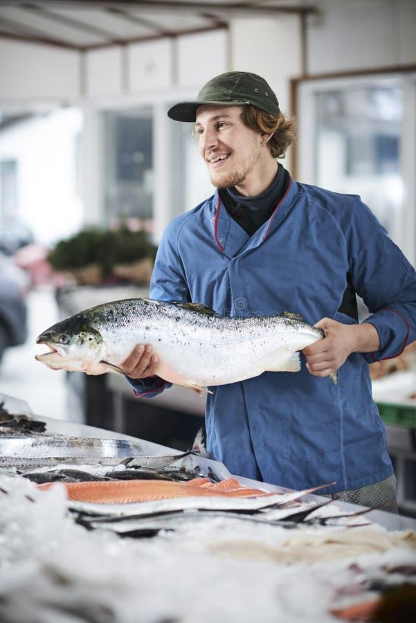 Os peixes frescos e os moluscos presentated pelo fishdealer fotos de stock royalty free