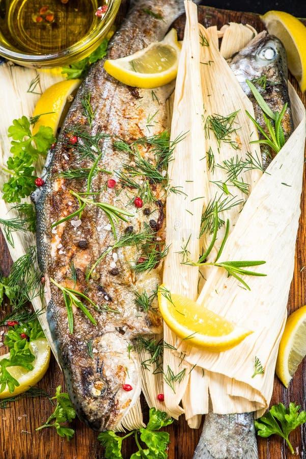 Os peixes frescos grelharam na casca de milho, comer saudável imagem de stock