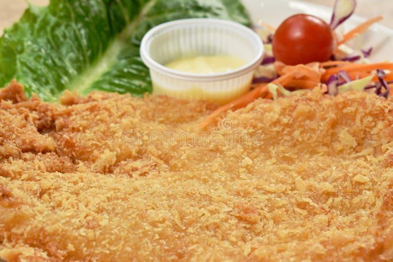 Os peixes fritados massa da zorra envolveram o bife do pão com salada no prato fotos de stock