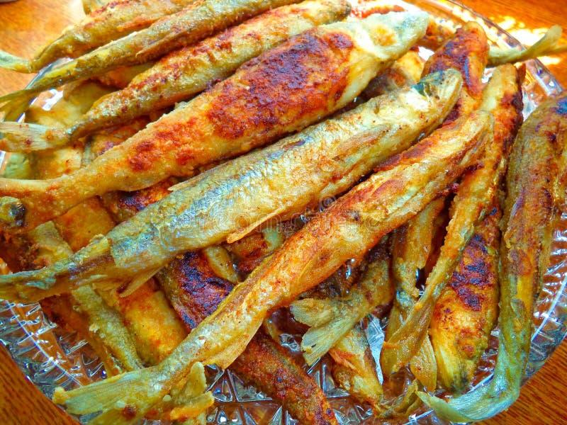 Os peixes fritados smelt em um close-up do prato foto de stock