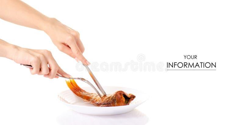 Os peixes fumado empoleiram-se na placa branca nas mãos bifurcam-se e no teste padrão da faca fotos de stock royalty free