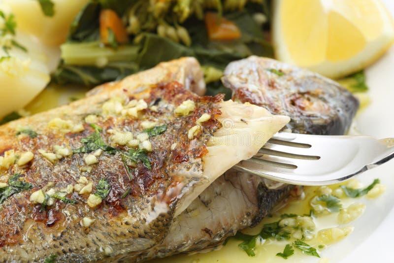 Os peixes muito frescos do seabream grelharam com verdes de nabo imagem de stock royalty free