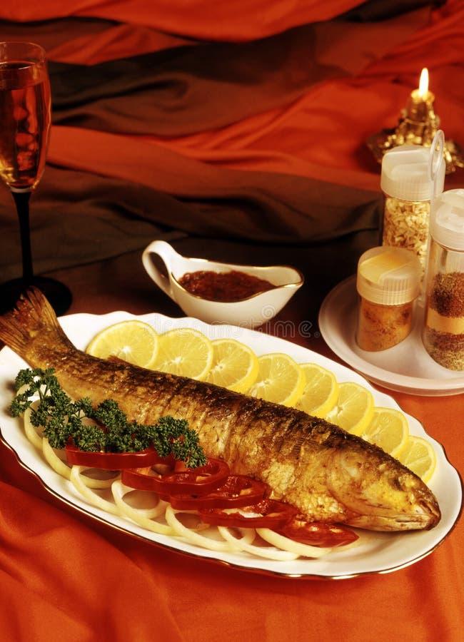 Os peixes preparados em uma grade foto de stock royalty free
