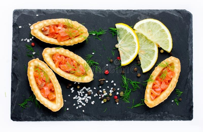 Os peixes vermelhos salgados nas cestas da massa salgam o aneto do limão das azeitonas fotos de stock