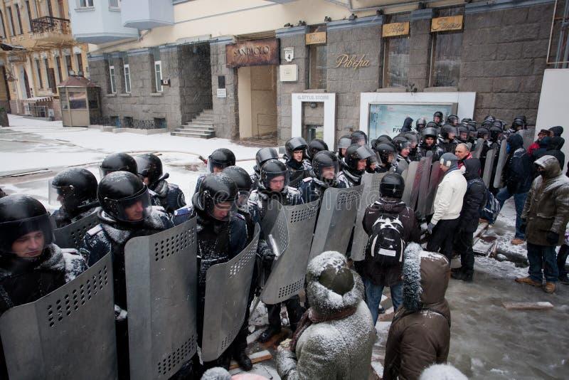 Os pelotões da polícia protegem o quarto do governo do th imagens de stock royalty free