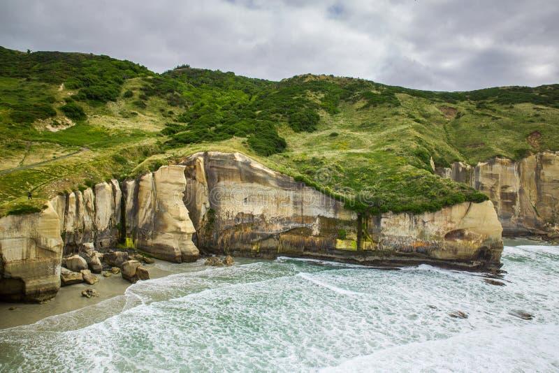Os penhascos bonitos do túnel encalham em Dunedin, Nova Zelândia imagem de stock royalty free