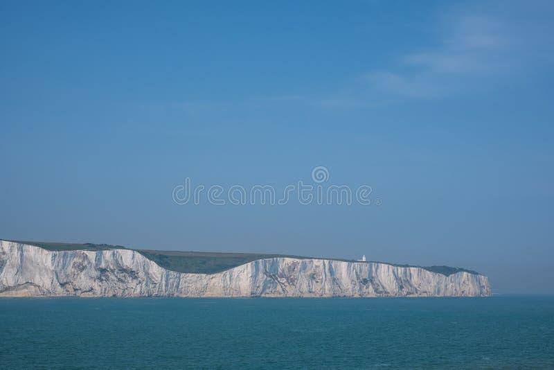 Os penhascos brancos de Dôvar, Reino Unido, fotografado em um dia de mola claro: penhascos de giz na costa de Kent perto do porto imagens de stock royalty free