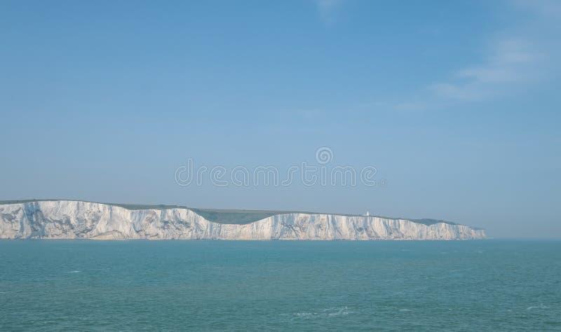 Os penhascos brancos de Dôvar, Reino Unido, fotografado em um dia de mola claro: penhascos de giz na costa de Kent perto do porto imagens de stock