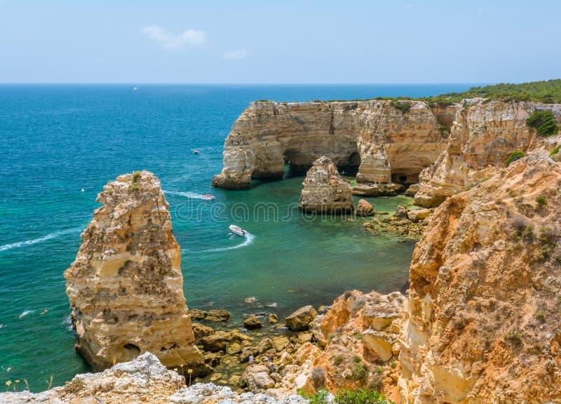 Os penhascos cênicos aproximam o praia a Dinamarca Marinha, Carvoeiro, o Algarve fotografia de stock