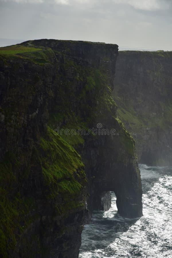 Os penhascos de Moher na Irlanda imagem de stock
