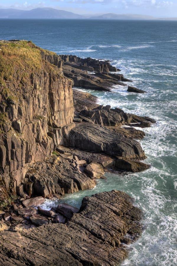 Os penhascos de pedra aproximam o dingle em ireland. foto de stock