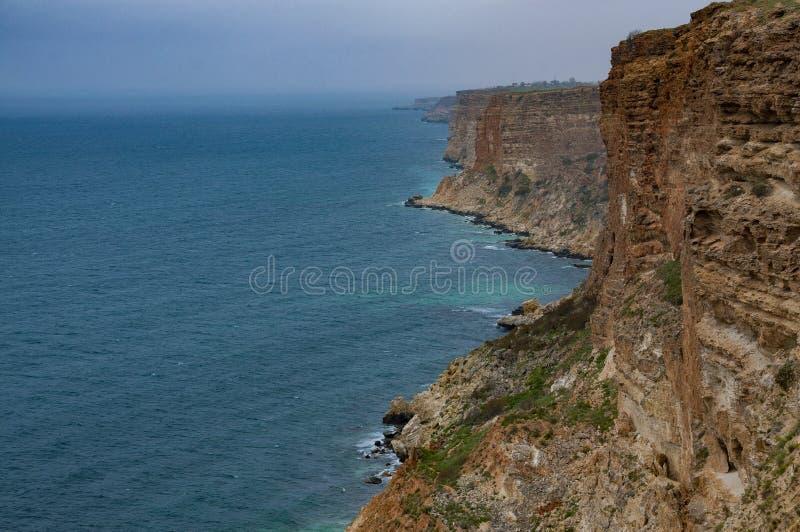 Os penhascos rochosos moldam a costa do Mar Negro foto de stock