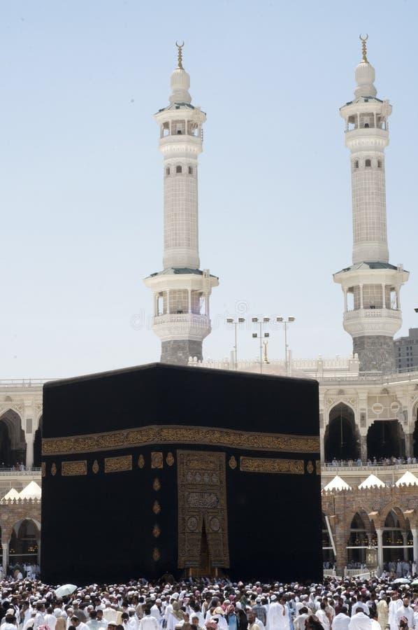 Os peregrinos circumambulate o Kaaba fotos de stock royalty free