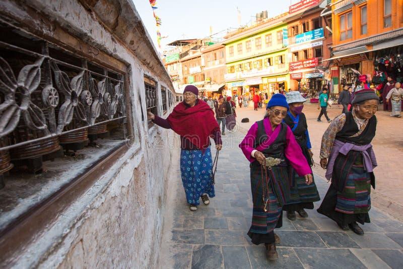 Os peregrinos circundam o stupa Boudhanath, em Kathmandu, Nepal r foto de stock royalty free