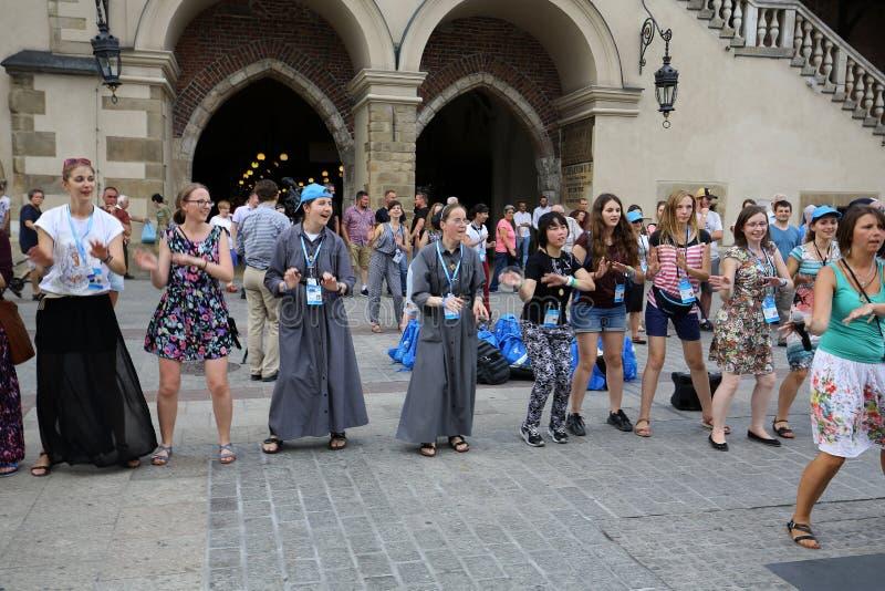 Os peregrinos do dia de juventude de mundo cantam e dançam no St Maria Magdalena Square em Cracow fotografia de stock royalty free