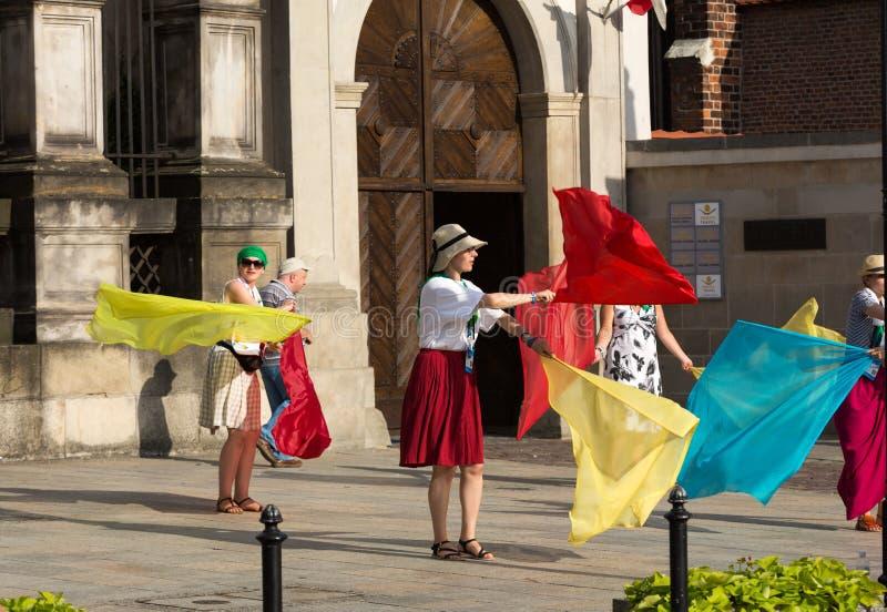 Os peregrinos do dia de juventude de mundo cantam e dançam no St Maria Magdalena Square em Cracow imagens de stock