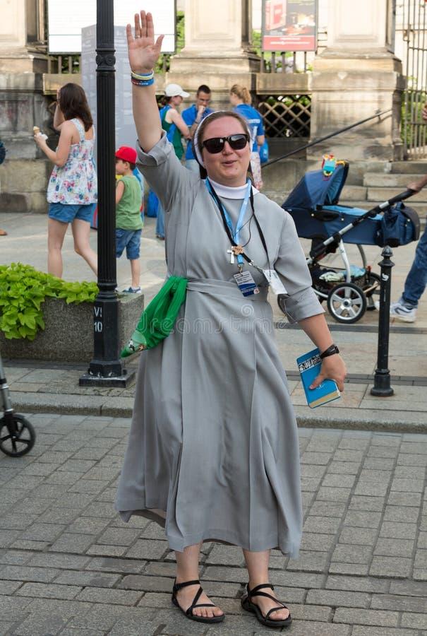 Os peregrinos do dia de juventude de mundo cantam e dançam no St Maria Magdalena Square em Cracow fotos de stock royalty free